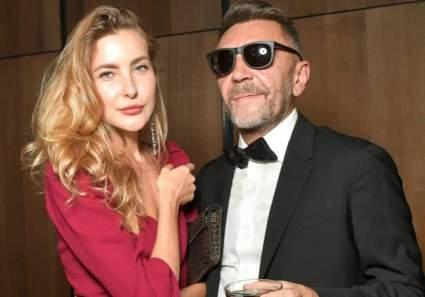 Шнуров рассказал о трудностях в общении с молодой женой