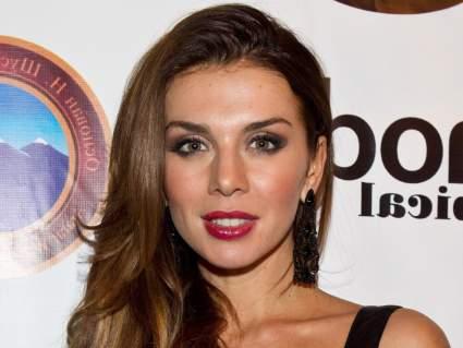 Певице Анне Седоковой провели операцию на правом глазу