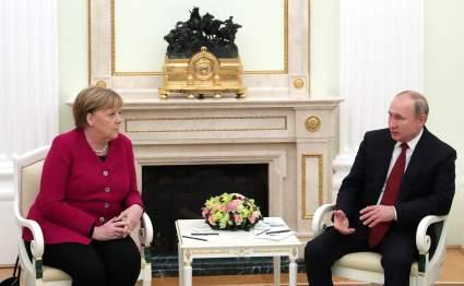 Песков заявил, что Путин объяснил Меркель передвижения российских войск по стране