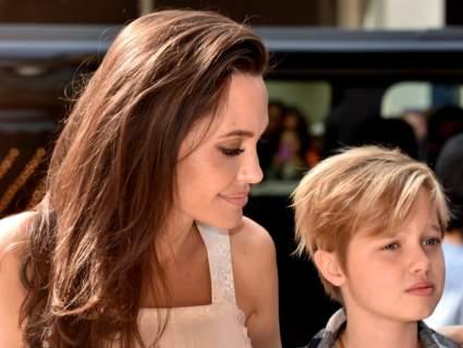 Дочь Анджелины Джоли заметили на костылях через год после операции на бедре