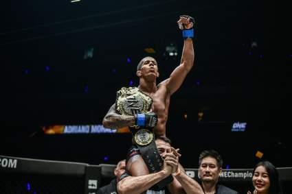 Адриано Мораэш нокаутировал Деметриуса Джонсона и защитил титул чемпиона