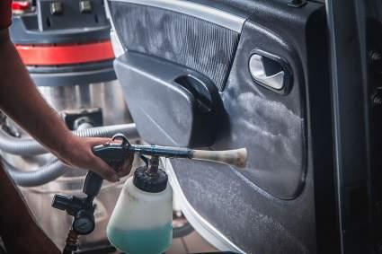 Водителям в РФ рассказали, как с помощью уксуса привести в порядок автомобиль после зимы