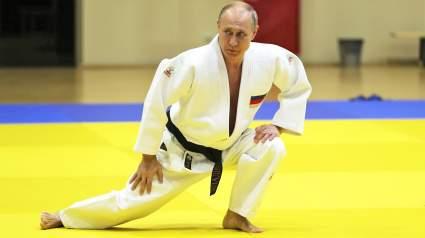 Фото Путина в красном кимоно поместили на афише чемпионата ЦАР по самбо