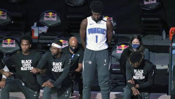 Айзек стал первым игроком НБА, не вставшим на колено во время гимна