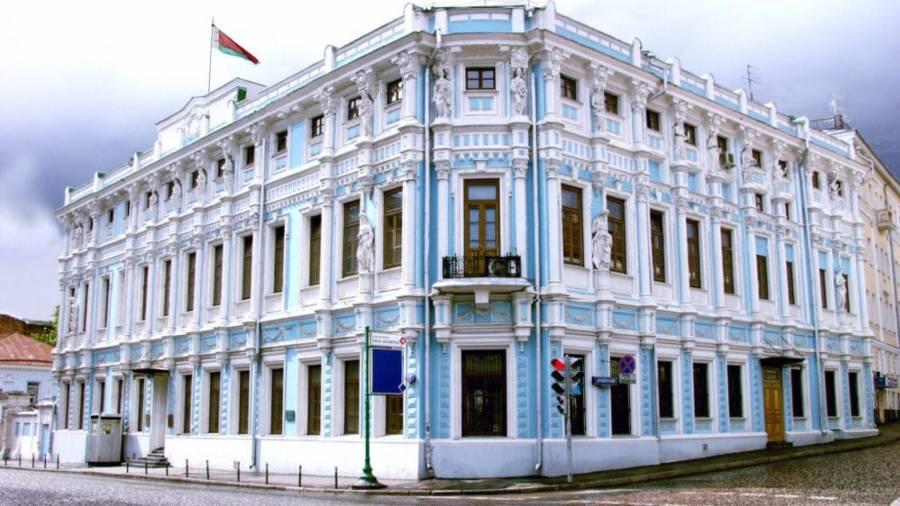 Полиция оттесняет пришедших к посольству Белоруссии в Москве