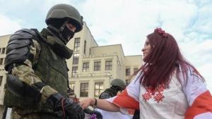 На площади Независимости в Минске силовики опустили щиты