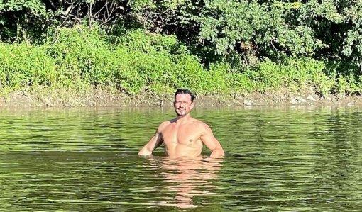 Голливудский актер Орландо Блум выложил провокационные фото, на которых он публично обнажился