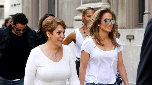 Мама певицы Дженнифер Лопес снялась в рекламе вместе с новым возлюбленным дочери Беном Аффлеком
