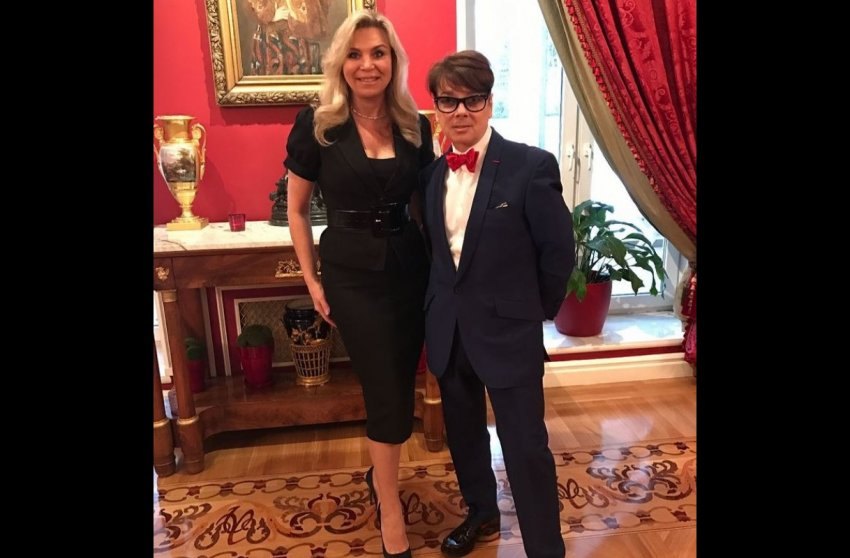 Сильно похудевшая певица Пугачева пришла в гости к больному модельеру Юдашкину