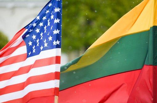 США начали поставлять Литве бронированные американские вездеходы