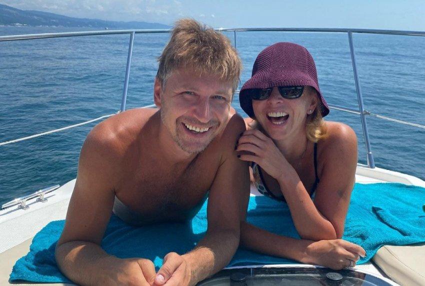 Фигуристка Тотьмянина поделилась снимком из бассейна со своим мужем Ягудиным