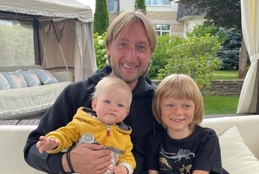 Фигурист Евгений Плющенко принял участие в фотосессии с сыновьями на ледовой арене