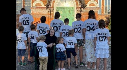 Стриженова показала редкий снимок свекрови в монастыре с 12 правнуками