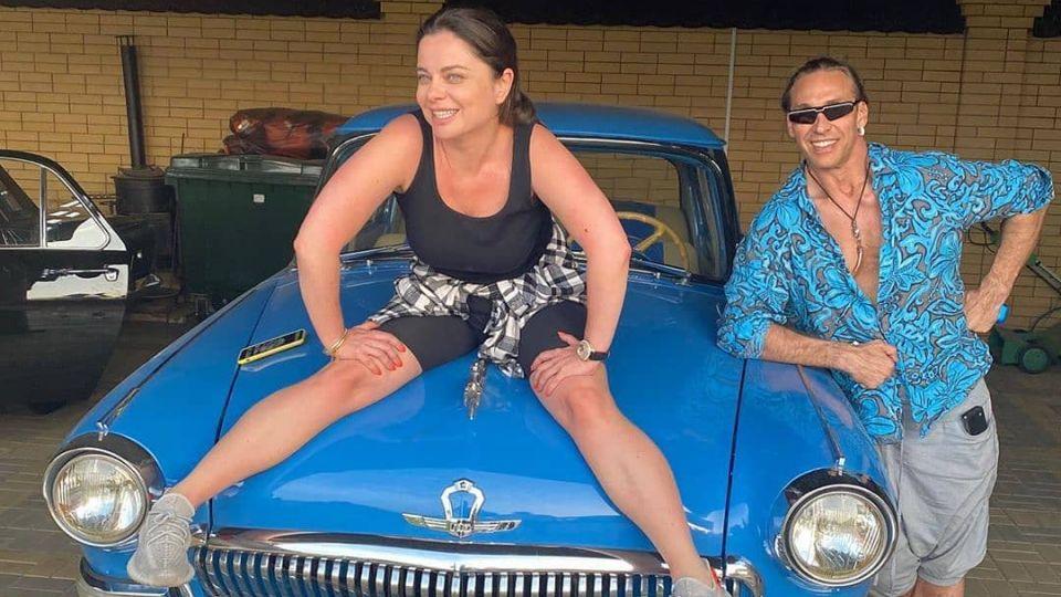 Королева и Тарзан улетели в отпуск после жалоб на финансовое положение