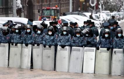 Полиция Еревана выстроила кордон возле здания правительства