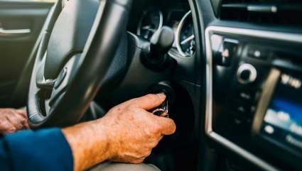Эксперты АиФ указали водителям на распространённую ошибку при запуске автомобиля