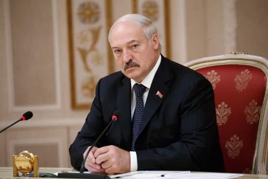 Лукашенко вручили черный берет от бойцов ОМОНа