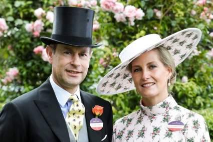 Принц Эдвард с графиней Софи поделились рождественской фотографией