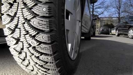 Эксперты CAR.RU назвали пять ошибок, которые приводят к выпадению шипов из зимних шин