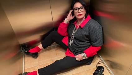 Подписчики пристыдили Бабкину за фото в лифте в чёрно-красном комплекте
