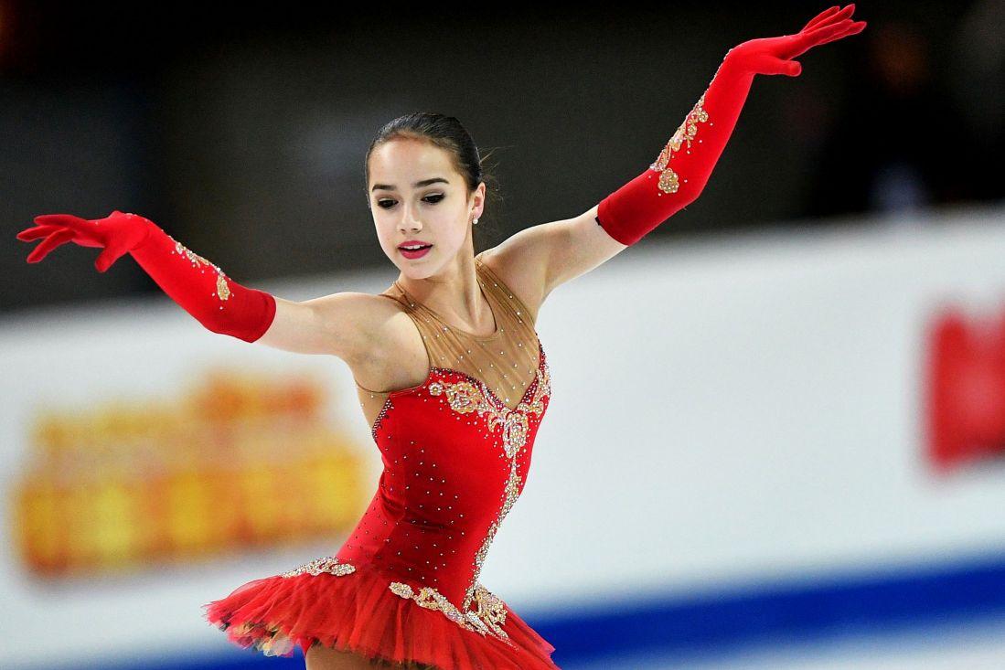 В финале «Ледникового периода» Загитова предстала в красном платье с открытыми плечами
