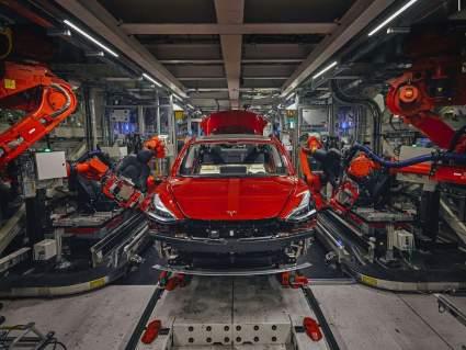 Автоконцерн Tesla решил снизить производство электрокаров Model 3