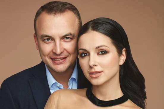 Муж певицы Нюши Игорь Сивов выложил видео с обнаженной женой в постели