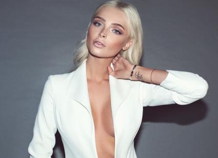 Модель Алена Шишкова продемонстрировала грудь в рекламе наушников
