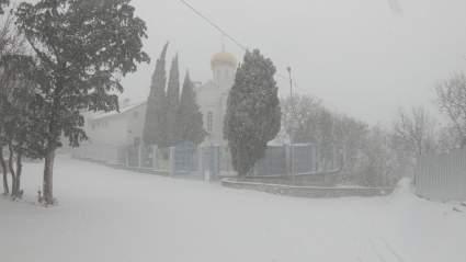 Жители Крыма считают чудом обильный снегопад на фоне водной блокады