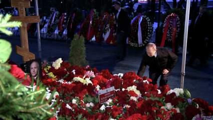 Владимир Путин возложил цветы на могилы Бориса Ельцина, Евгения Примакова и Василия Ланового