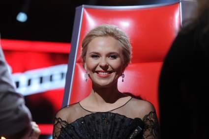 Певица Пелагея в полупрозрачной блузке произвела фурор на съемках КВН