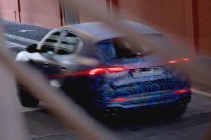 Компания Maserati опубликовала тизеры нового кроссовера Grecale