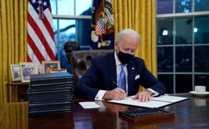 Байден отменил около двух десятков указов Трампа в первый час президентства