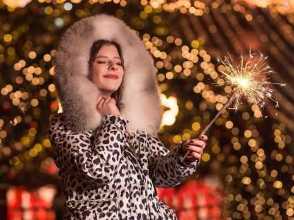 Актриса Лиза Арзамасова предстала в стильном наряде в сочельник