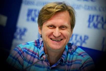 Юморист Андрей Рожков устроился работать на заправку