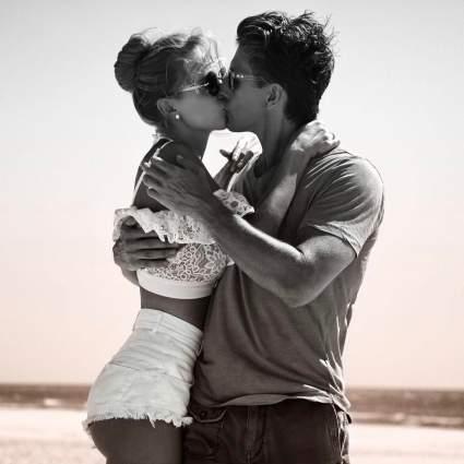 Глюкоза опубликовала фото страстного поцелуя с мужем