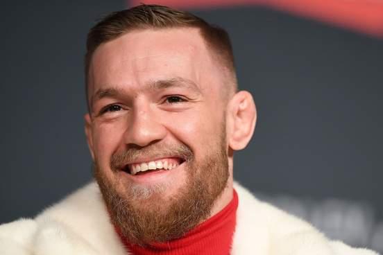 UFC показал, как Конор Макгрегор учит сына раздавать автографы