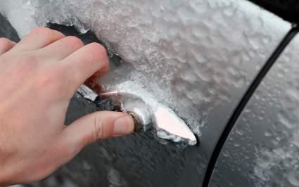 Автомобильный эксперт дал 5 советов по открытию примерзшей двери в автомобиле