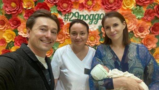 47-летний актёр Сергей Безруков поделился совместной фотографией с новорожденным сыном