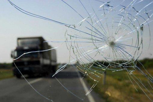 Водителей в России предупредили о езде на машине с трещиной на лобовом стекле
