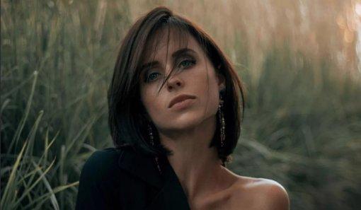 Мирослава Карпович выложила фотосессию в прозрачном платье