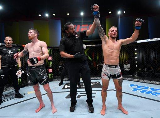 Диллашоу одержал победу над Сэндхагеном на турнире UFC on ESPN 27 в Лас-Вегасе