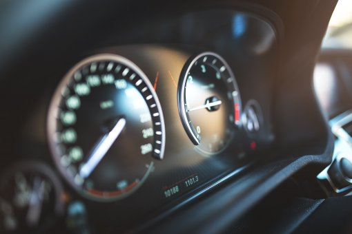 «АвтоПАРК рассказал водителям в РФ о вредных для двигателя автомобиля оборотах