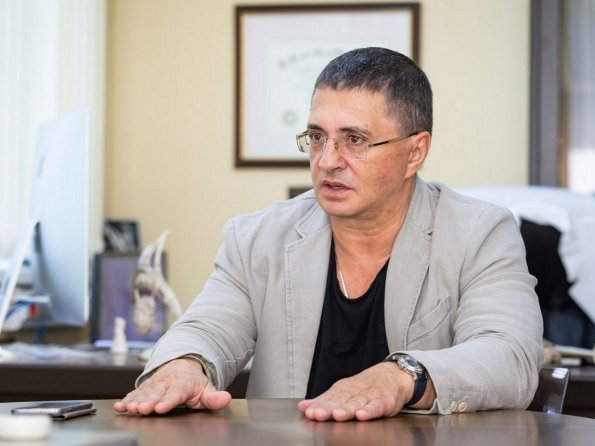 Доктор Мясников рассказал, нужно ли вакцинироваться переболевшим коронавирусом россиянам