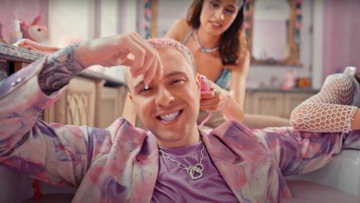 Егор Крид показал Валю Карнавал в своём клипе, сидящей в туалете