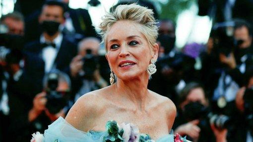63-летняя актриса Шерон Стоун восхитила публику на Каннском кинофестивале платьем, усыпанном цветами