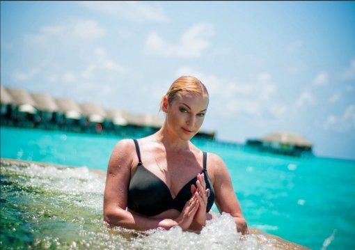 Анастасия Волочкова продемонстрировала фигуру в откровенном купальнике у бассейна