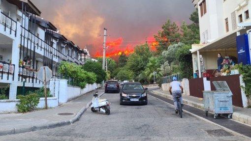 В Турции из-за лесных пожаров начали эвакуацию туристов из отелей Мармариса