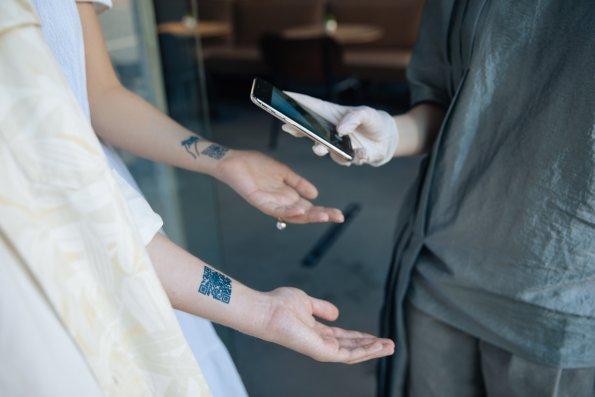 Жители Москвы смогут посещать общепит по временным татуировкам с QR-кодом