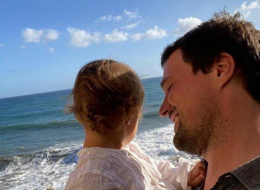 Козловский поделился фотографией с 1,5-годовалой дочерью